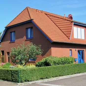 Schönes Einfamilienhaus für Familie Blaue Fenster mit rotem Klinker